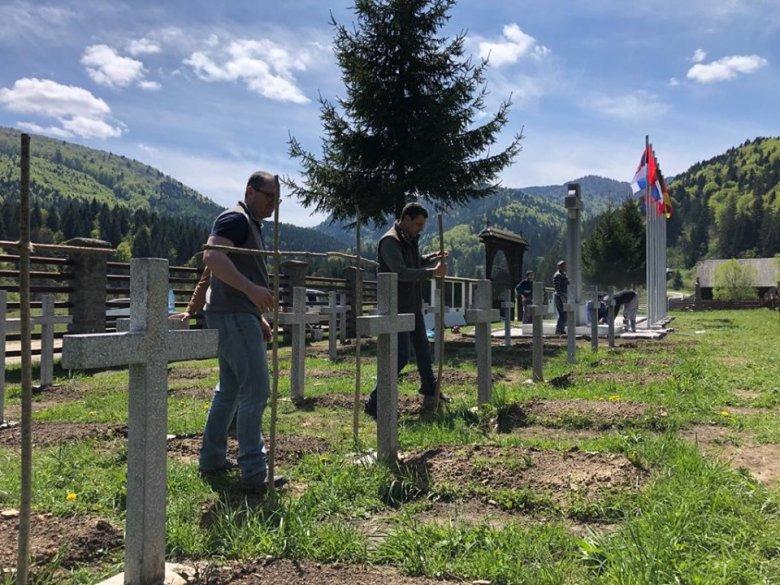 """Mogyorófakeresztekkel üzennek az úzvölgyi """"temetőfoglalóknak"""" – törvénysértéseket állapított meg a bákói hatóság"""