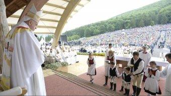 Szúrta a román kormányőrség illetékeseinek szemét Ferenc pápa csíksomlyói miseruháján a magyar felirat