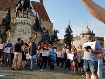 """""""Ne üljünk fel a provokációnak!"""" – az úzvölgyi incidensre válaszul rendeztek román–magyar megmozdulást Kolozsváron"""
