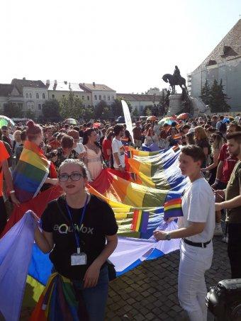 Élettársi kapcsolatot követeltek a kolozsvári melegfelvonuláson, Funarék megtaposták a szivárványszínű zászlót
