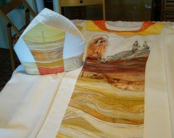 Harmóniával és melegséggel hímezve: elkészült Ferenc pápa csíksomlyói miseruhája
