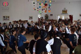 Erdély-szerte táborokban ropják a néptáncot – a rendezvényeken a vidék hagyományos szellemi és tárgyi kultúráját is bemutatják