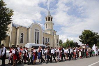 Kalotaszegi Magyar Napok: a tájegység huszonnégy települése népviseletbe öltözött hagyományőrzői szavalták Ady egyik versét