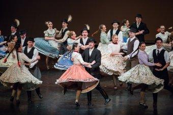 A magyar nyelvterület legszebb táncait mutatja be az Erdélyben turnézó Magyar Nemzeti Táncegyüttes