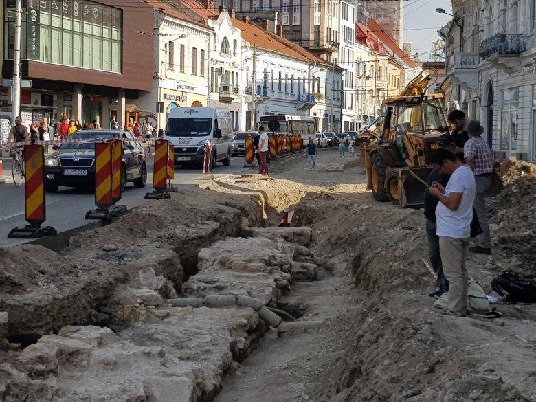 FRISSÍTVE – Megtalálták Kolozsvár középkori városkapuját