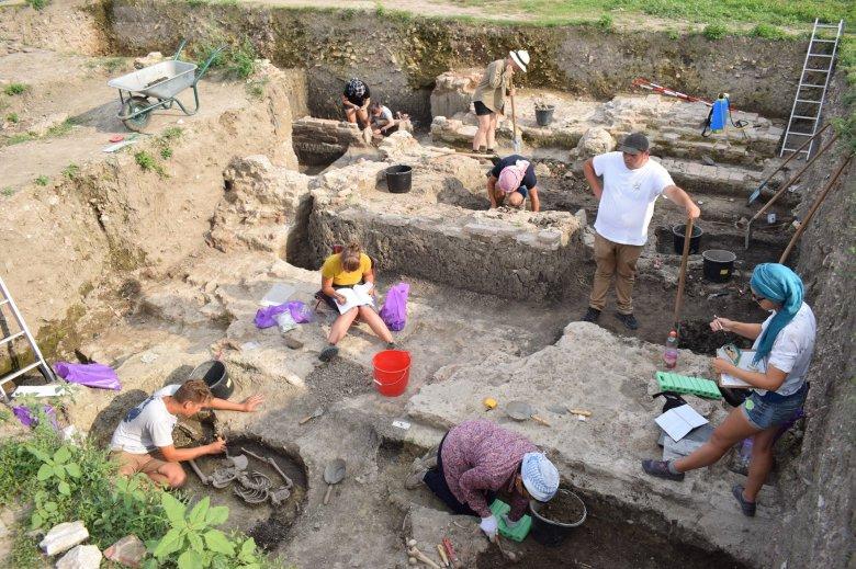 Árpád-kori királysírra bukkanhattak a Temes megyei Egresen magyar és román régészek