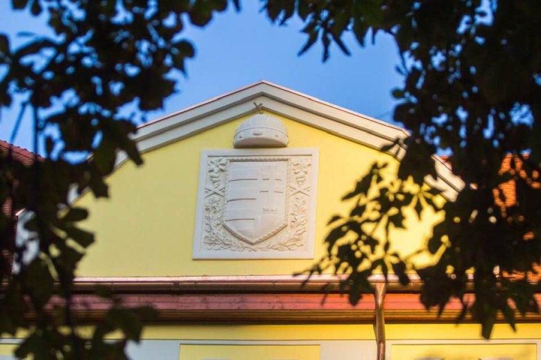 Újra díszeleg a magyar címer a sepsiszentgyörgyi iskola homlokzatán
