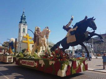 Virágból szőtt szobrok és legendák – Bihar megyébe látogatott az 50. Debreceni Virágkarnevál néhány virágkocsija