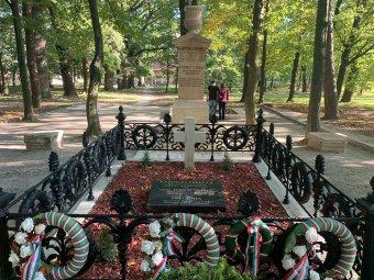 Átadták Kazinczy Ferenc felújított síremlékét Széphalomban