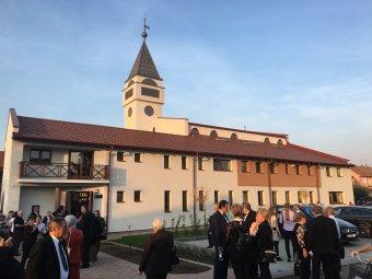 Meghozta gyümölcsét a kitartás: Nagykárolyban felavatták a magyar állam támogatásával felépült Kálvin-központot