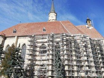 Tartani tudják a feszes tempót Kolozsvár ékessége, a Szent Mihály-templom felújítása során