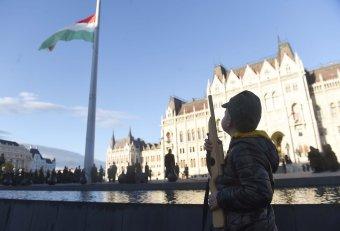 Aradi vértanúk gyászünnepe: felvonták, majd félárbócra engedték a nemzeti lobogót a Parlament előtt