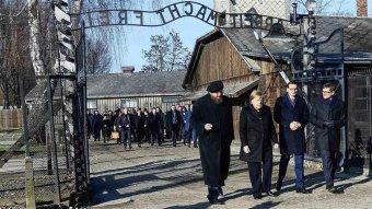 Mély szégyenérzetről beszélt a németek által elkövetett bűntettek miatt Angela Merkel Auschwitzban