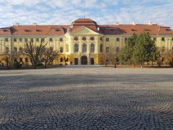 Egyre szépül a püspöki palota: hamarosan az építtető címere is felkerül a timpanonra