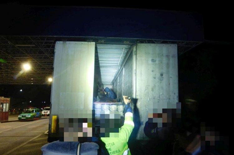 Több mint negyven határsértőt találtak egy román kamionban Csanádpalotánál