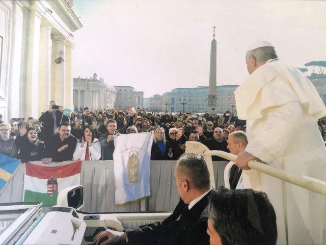 Felismerte és megáldotta a székelyföldi zarándokok Mária-zászlóját Ferenc pápa