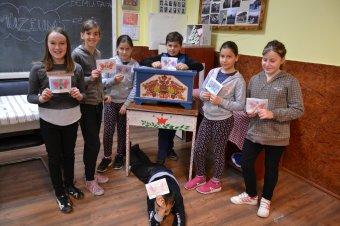 Erdély-szerte vándorol a Kallós-bőröndmúzeum – Szilágyság és Kalotaszeg után a mezőségi iskolákban tartanak foglalkozásokat