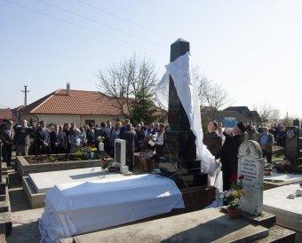 Leleplezték Munkácsy Mihály Kaplonyban eltemetett rokonainak emlékoszlopát