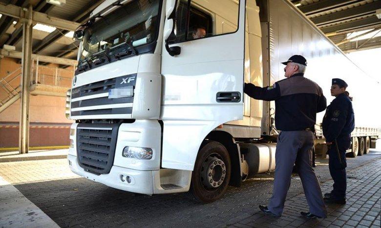 Mégsem húzza be a kamionok fékjét a kormány