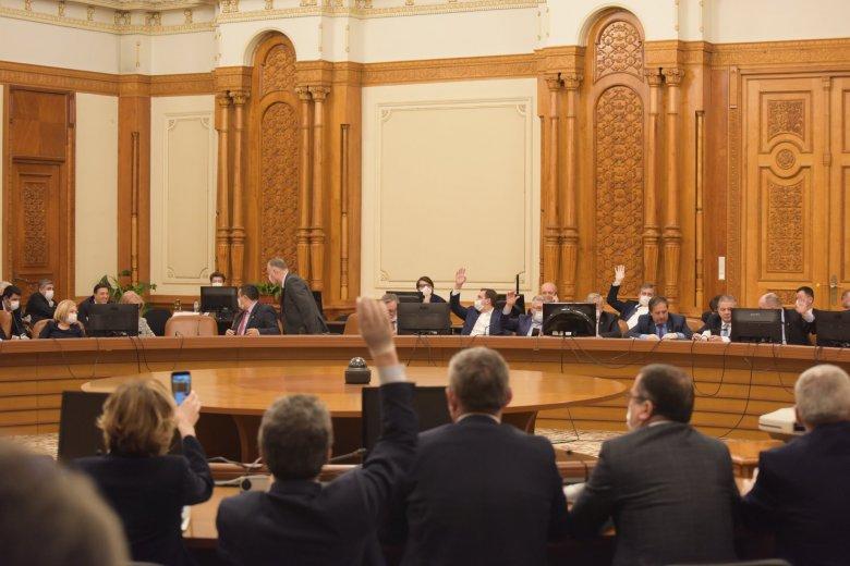 Elakadt a parlamentben az USR-PLUS és az AUR bizalmatlansági indítványa, folyik a sárdobálás