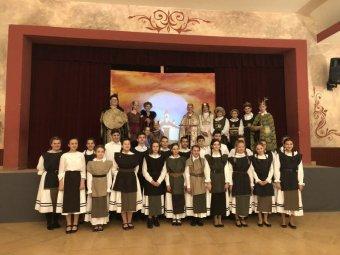 Erdélyi énekes diákok kattintásnyira a nagyszínpadtól