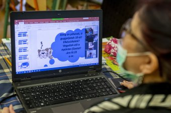 Internethozzáférés biztosítására és laptopokra utalt ki pénzt a kormány az online oktatáshoz