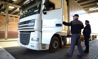 A magyarországi fuvarozók a romániai kamionosoktól féltik a piacukat, utóbbiak a speditőröket kárhoztatják