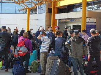 """Ügyészség: """"nem szegték meg a karanténra vonatkozó szabályokat"""" a kolozsvári reptéren gyülekező spárgaszedők"""