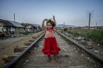"""""""A jó és erős képek beleégnek a retinámba"""" – Hajdú D. András fotográfus a nagybányai nyomortelepen készített felvételeiről"""