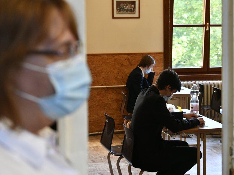Háromszéken nem várnak Bukarestre: maszkot biztosítanak a végzős diákoknak