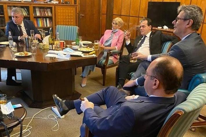 Megbírságolták Ludovic Orban miniszterelnököt zárt térben való dohányzás és a maszkviselés elmulasztása miatt