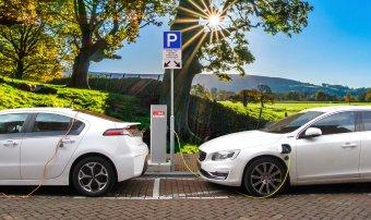 Padlógázzal száguld a zöld autók piaca: tízezrek érdeklődnek a roncsautóprogramok keretében nyújtott támogatások iránt