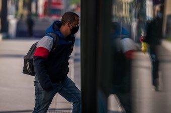 Még az irodában dolgozók közötti távolságot is megszabják a hatóságok
