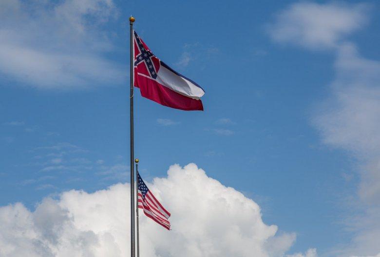 Amerikában zászlót változtatnak, volt elnök, színész nevét törlik intézmények