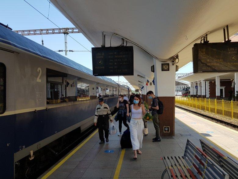 Vonaton is ellenőrzik a maszkviselést