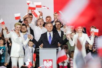 Andrzej Duda nyerte a választást a szavazatok szinte teljes összesítése szerint