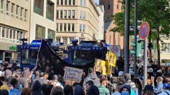 """""""F..k the police"""" – Őrizetbe vettek csaknem 100 embert egy berlini tüntetés után"""
