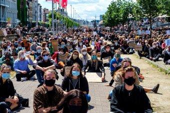 Vízágyút is bevetettek belga rendőrök a rájuk támadó tüntetőkkel szemben Brüsszelben