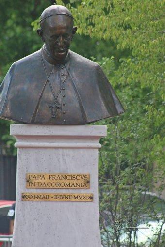 """Szobor Ferenc pápa """"dákoromániai"""" látogatása emlékére"""