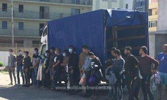 Teherautókban rejtőző illegális bevándorlókat fogtak el a román-magyar határon