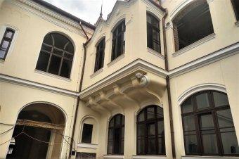 Szépül a kiégett püspöki palota: augusztusra elkészülnek a külső munkálatokkal Nagyváradon