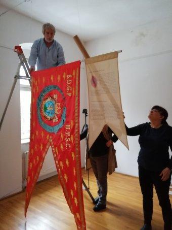 Történelmi zászlósort bemutató kiállítás nyílt a sepsiszentgyörgyi Lábasházban