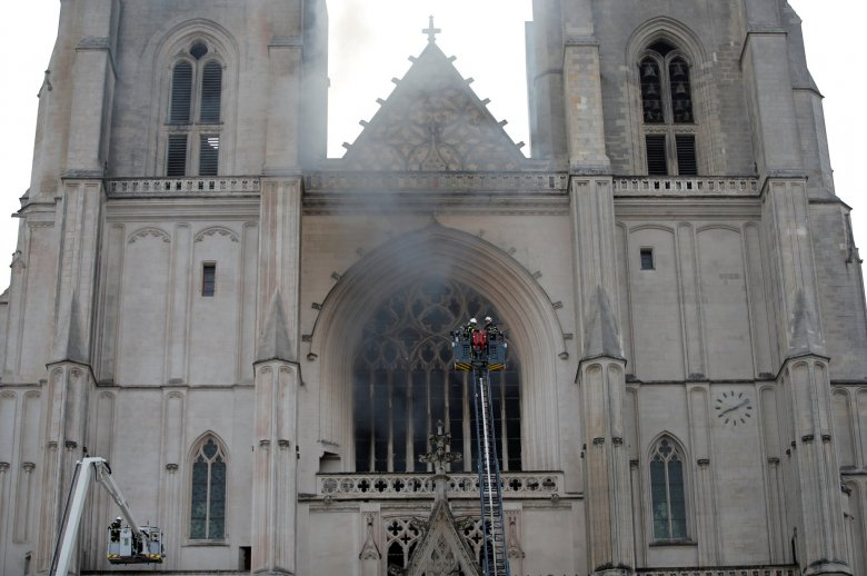 Szándékos gyújtogatás miatt üthetett ki tűz Nantes székesegyházában