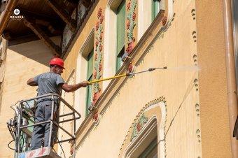 Nem csak felújítják, mossák is a nagyváradi szecessziós palotákat