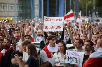 Ismét tízezrek tüntettek Minszkben, vízágyút is bevetett a rendőrség