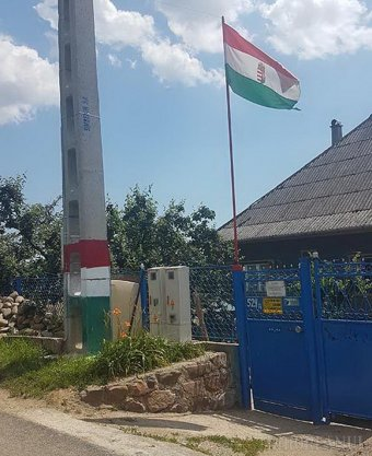 Szúrja egyes helyi lakosok szemét a magánterületen kitűzött magyar zászló Réven