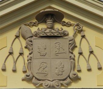 Megkoronázott helyreállítás: visszakerült a címer a váradi püspöki palotára
