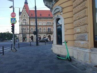 Bírság jár a szanaszét hagyott elektromos rollerekért Kolozsváron