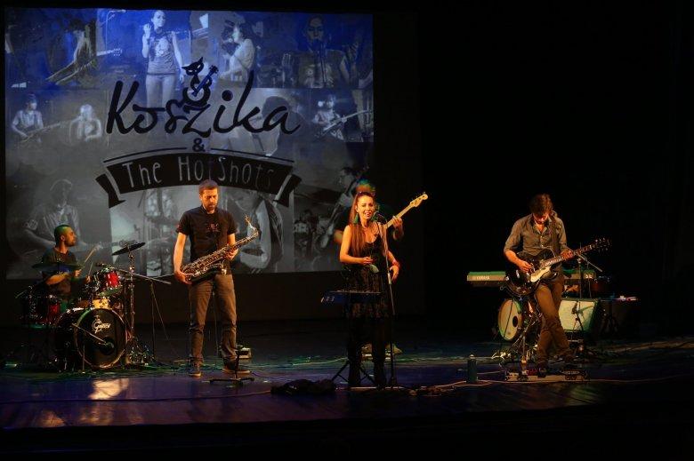 Szabadtéren is közvetített koncerttel ünnepel a hétvégén Koszika & The HotShots zenakar