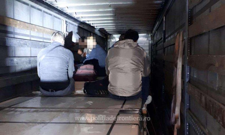 Kamionok rakterében rejtőzködő illegális bevándorlókat tartóztattak fel a nagylaki határőrök